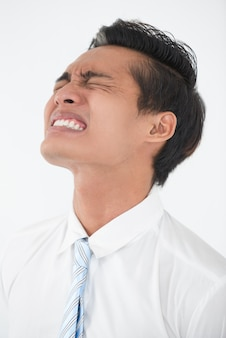 Gesicht der jungen asiatischen geschäftsmann in verzweiflung