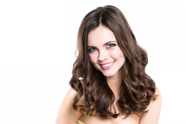 Gesicht der schönen frau mit dem langen lockigen haar lokalisiert auf weißem hintergrund.