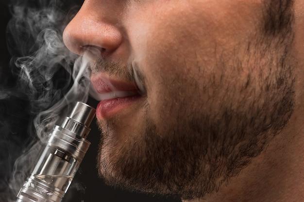 Gesicht des dampfenden jungen mannes