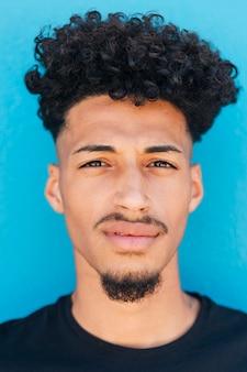 Gesicht des ethnischen mannes mit afro