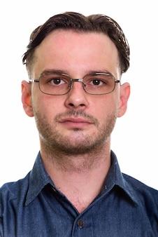 Gesicht des formalen jungen mannes, der brillen trägt