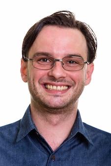 Gesicht des formellen jungen glücklichen mannes, der lächelt, während er brillen trägt