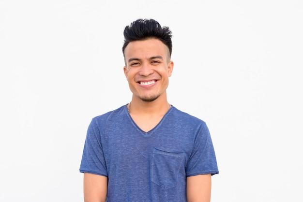Gesicht des glücklichen jungen gutaussehenden multiethnischen mannes, der gegen weißen hintergrund lächelt