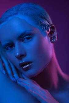 Gesicht des high fashion model mit matt skin auf lila.