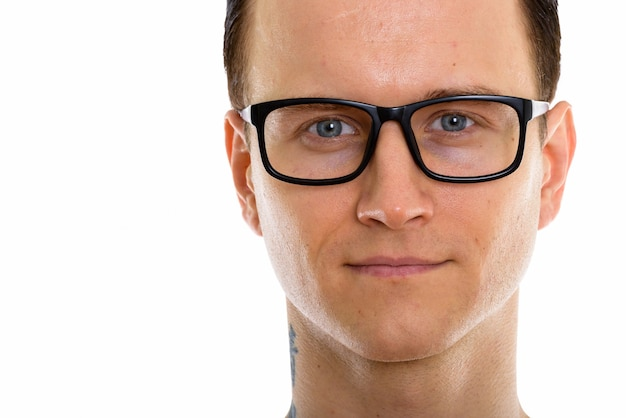 Gesicht des jungen gutaussehenden mannes mit brille ohne hemd