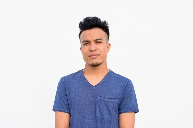Gesicht des jungen gutaussehenden multiethnischen mannes gegen weißen hintergrund