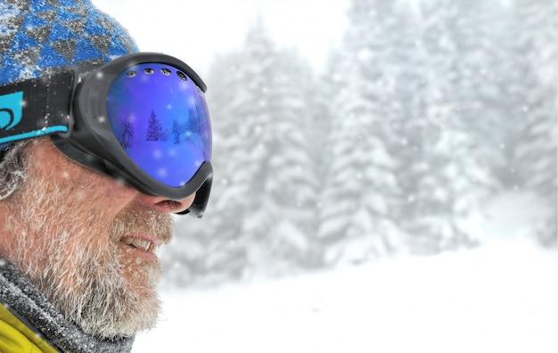 Gesicht des skifahrers mit maske