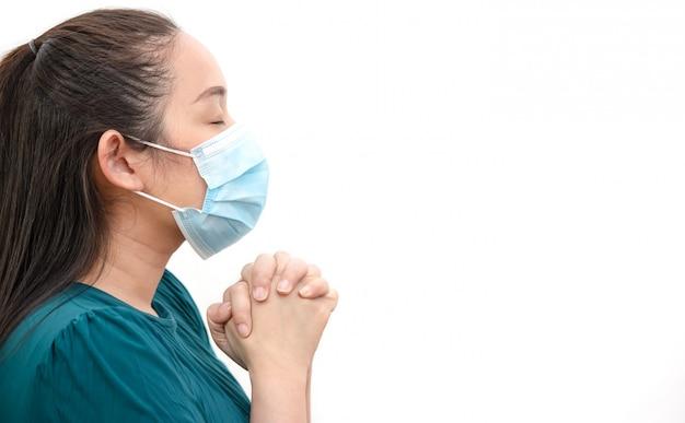 Gesicht einer jungen asiatischen frau, die eine maske trägt, um keime, giftige dämpfe und staub zu verhindern. prävention von bakteriellen infektionen