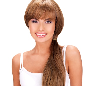 Gesicht einer lächelnden schönen indischen frau mit langen haaren lokalisiert auf weiß