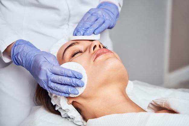 Gesicht hautpflege. nahaufnahme der frau, die hydro-mikrodermabrasion-peeling-behandlung im gesicht bei cosmetic beauty spa clinic erhält. hydra staubsauger. peeling, verjüngung und flüssigkeitszufuhr. kosmetologie.