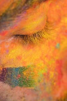 Gesicht in farbiger farbe