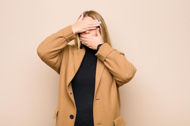 Gesicht mit beiden händen bedecken und nein sagen! bilder ablehnen oder fotos verbieten