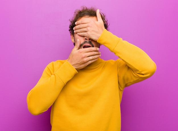 Gesicht mit beiden händen bedecken und nein zur kamera sagen! bilder ablehnen oder fotos verbieten