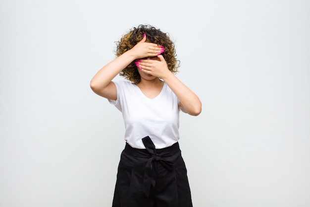 Gesicht mit beiden händen bedecken und vorne nein sagen! bilder ablehnen oder fotos verbieten