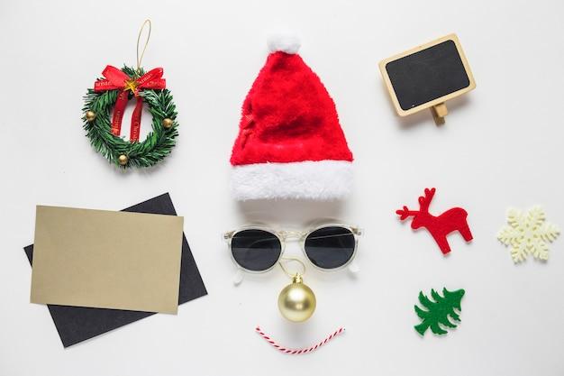 Gesicht von santa hut und sonnenbrille mit kleinen spielsachen