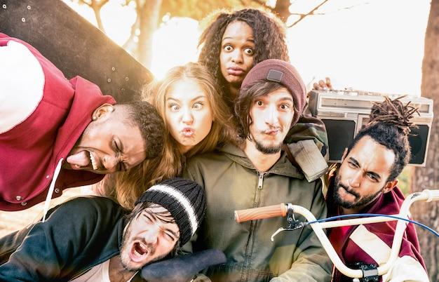 Gesichter der besten freunde, die beim bmx-skatepark-wettbewerb ein selfie machen