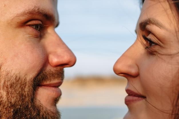 Gesichter von liebenden, die einander in die augen schauen