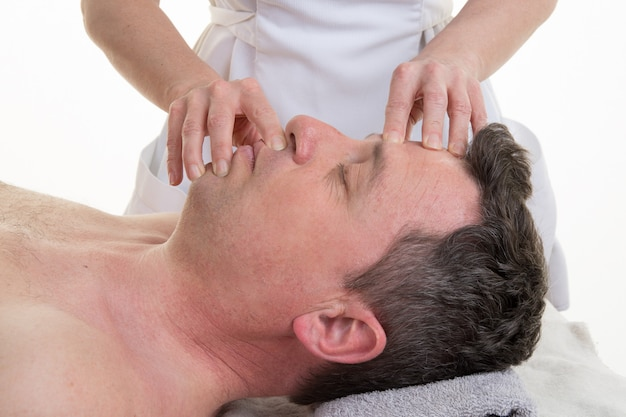 Gesichts- und schädelosteopathietherapie in einem medizinischen raum