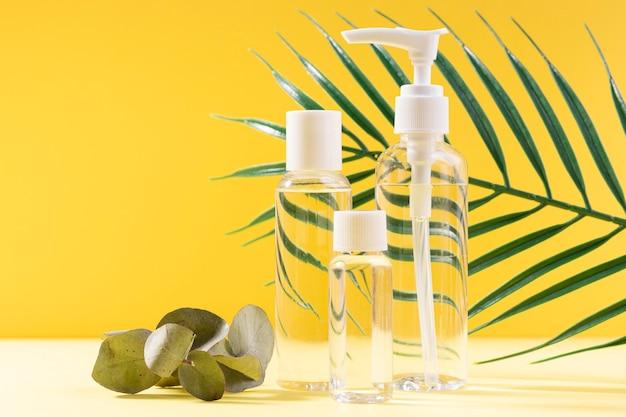 Gesichtscremeflaschen mit gelbem hintergrund
