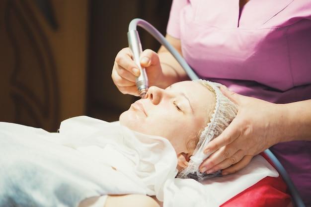 Gesichtshydrolyse und gas-flüssigkeits-peeling für das gesicht im schönheitssalon
