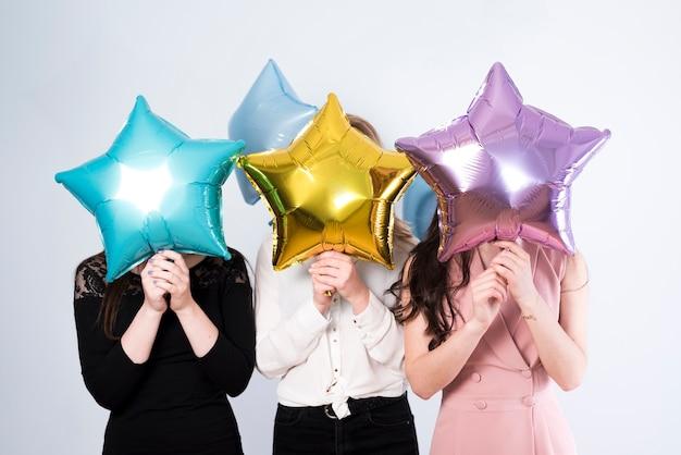 Gesichtslose frau mit bunten ballonen