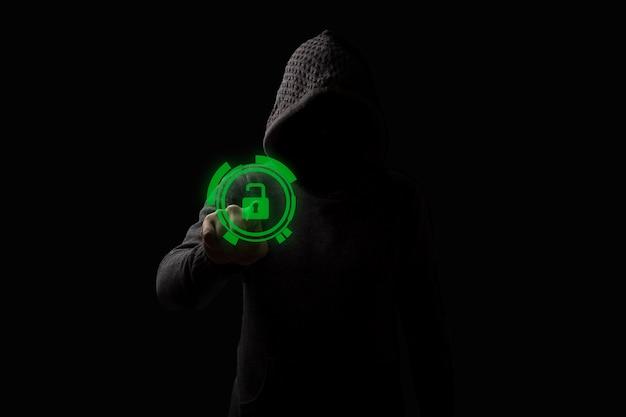Gesichtsloser mann in einer haube berührt das hologramm des offenen schlosses auf einem dunklen hintergrund