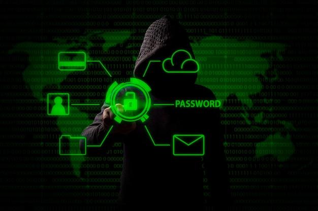 Gesichtsloser mann in einer haube berührt ein hologramm mit einem offenen schloss und greift auf persönliche daten, kreditkarte, e-mail usw. zu. das konzept des hackens und diebstahls von daten