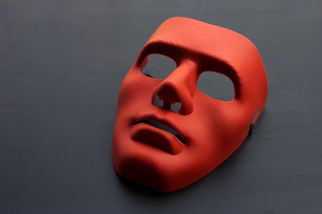 Gesichtsmaske auf dunkler oberfläche.