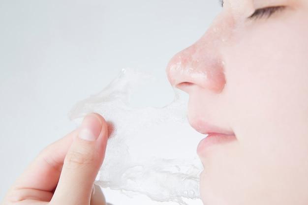 Gesichtsmaske hautpflege kopf einer jungen frau nahaufnahme isoliert.