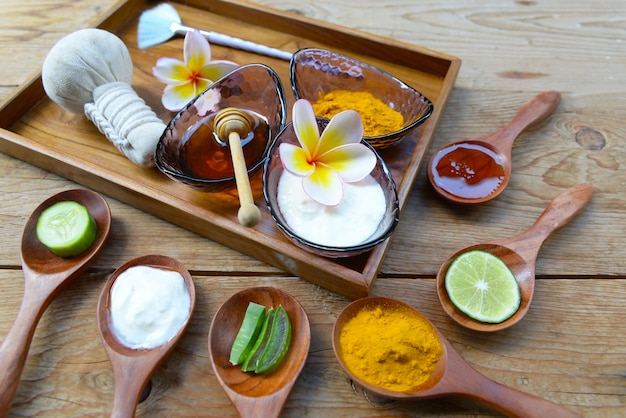 Gesichtsmaske mit kurkuma pulver joghurt und honig für die gesundheit der haut.
