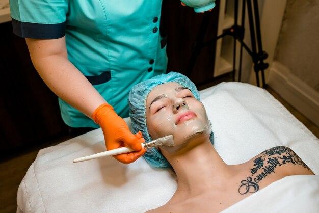 Gesichtsmaske, spa-beautybehandlung, hautpflege. frau, die gesichtspflege erhält.