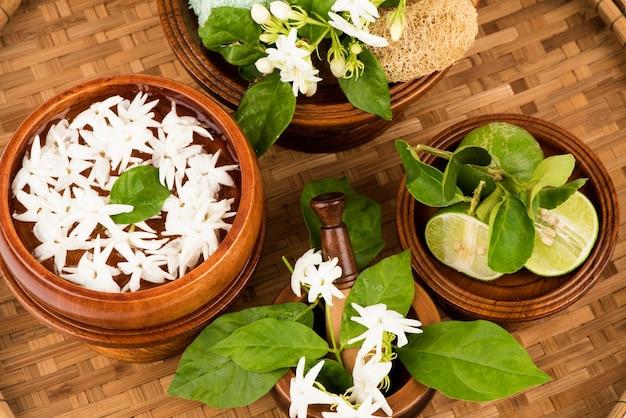 Gesichtsmaske zur heilung von hautunreinheiten mit jasmin und zitronensaft zur hautbehandlung auf bambus.
