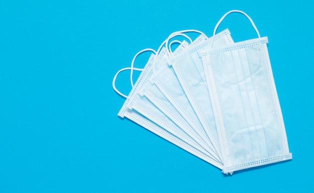 Gesichtsmasken. covid19. epidemischer hintergrund. mangel an gesichtsmasken in der drogerie. medizinische schutzmasken. gefährliches virus.
