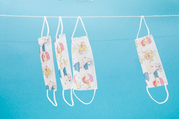 Gesichtsmasken für kinder auf blauem hintergrund
