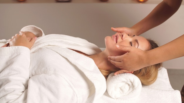 Gesichtsmassage als wirksames mittel, um den alterungsprozess zu verlangsamen und eine gesündere haut zu erreichen