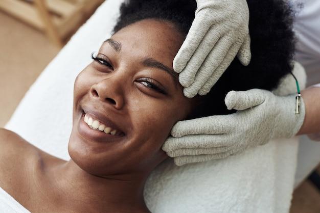 Gesichtsmassage mit handschuhen mit mikrostrom mikrostromtherapie