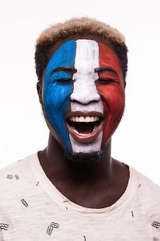 Gesichtsporträt der glücklichen afro-fanunterstützung frankreich-nationalmannschaft mit gemaltem gesicht lokalisiert auf weißem hintergrund