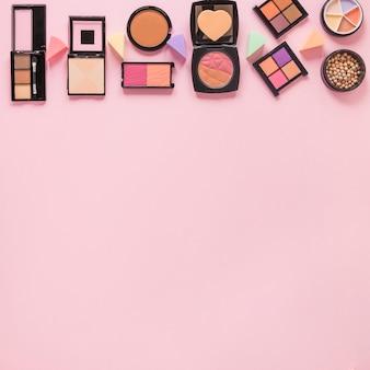 Gesichtspuder mit lidschatten auf rosa tabelle