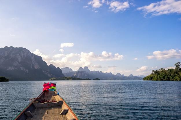 Gesichtspunkt von see cheow lan vom boot des langen schwanzes unter schönen hohen bergen und von cle