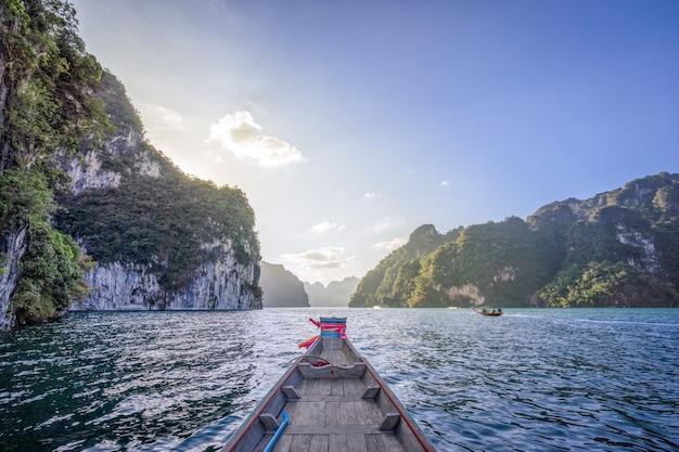 Gesichtspunkt von see cheow lan vom boot des langen schwanzes unter schönen hohen bergen