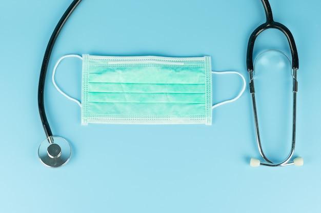 Gesichtsschutzmaske und stethoskop gegen neuartiges coronavirus (2019-ncov) oder wuhan-coronavirus und influenza. antiseptikum-, hygiene- und gesundheitskonzept