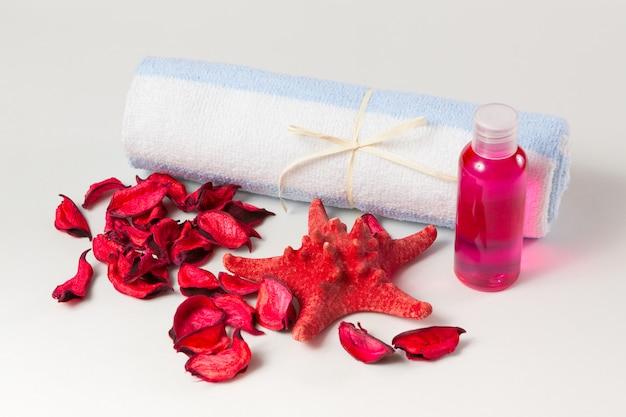 Gesichtstuch, duschgel und zubehör zum baden und entspannen