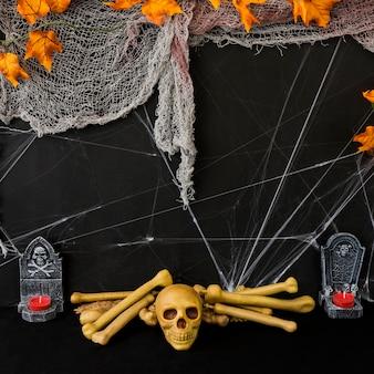 Gespenstische halloween-komposition mit schädel