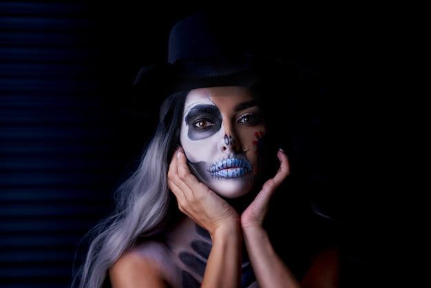Gespenstisches porträt einer frau im gotischen halloween-make-up