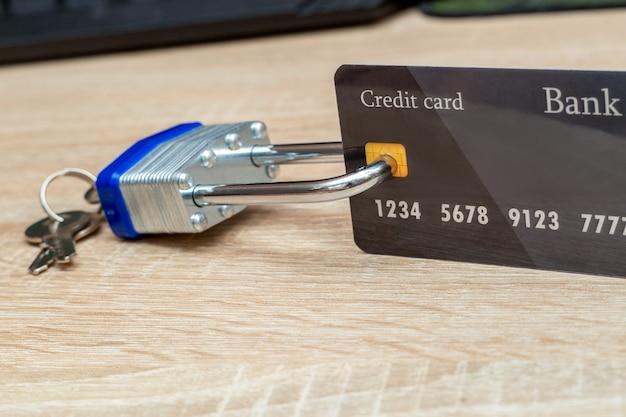 Gesperrt mit metall vorhängeschloss kunststoff kreditkarte nahaufnahme