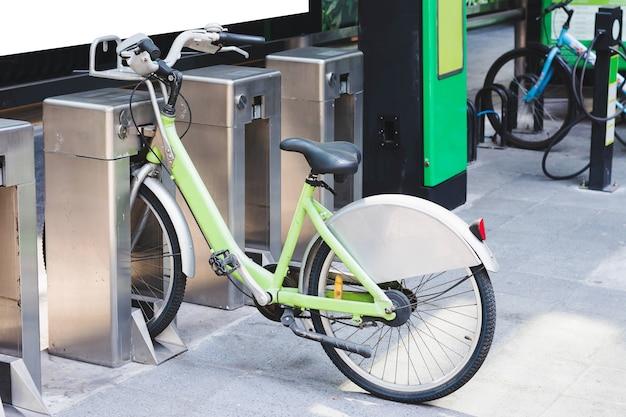 Gesperrtes fahrrad am fahrradparkplatz