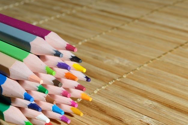 Gespitzte farbstifte in einem stapel