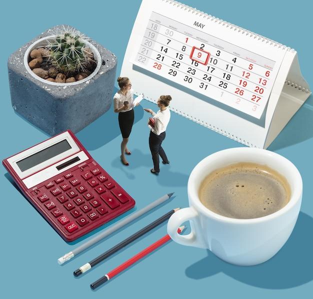 Gespräche über kaffeepause. hohe betrachtungswinkel des kreativen modernen büros auf blauem hintergrund - große dinge und kleine arbeiter. büroarbeit, tägliche aufgabe, typische probleme und lifestyle-konzept. collage.