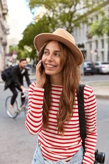 Gesprächige junge frau hat telefongespräch mit freund