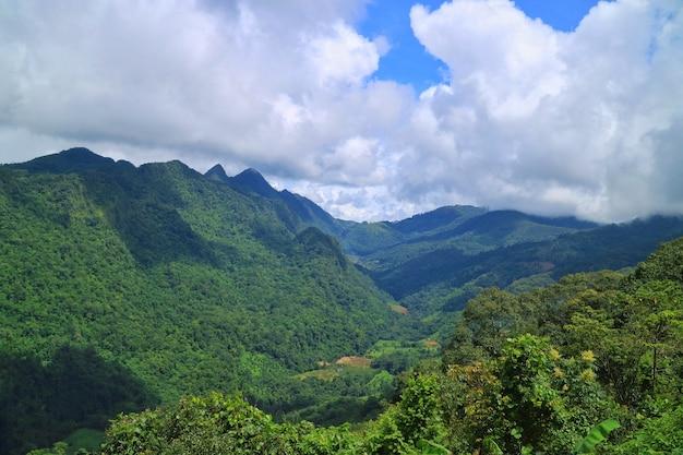 Gestalten sie ansicht der berge mit wolken und blauem himmel in der landschaft von thailand landschaftlich.